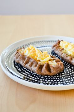 Karelian pie from Finland: rye crusted pies filled with rice porridge and topped with a mixture of egg and butter. Pie Recipes, Real Food Recipes, Great Recipes, Vegetarian Recipes, Cooking Recipes, Savory Breakfast, Breakfast Recipes, Finnish Recipes, Bakken