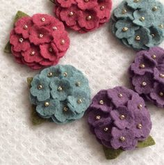 6 mini hydrangea Wool blend felt 2 of each color Colors: Heathered plum, heathered teal, Ruby slipper Gold beads unless you want coordinating bead colors Size: 1 I can make these colors in other sizes also. Felt Ornaments Patterns, Felt Crafts Patterns, Fabric Crafts, Sewing Crafts, Felt Flowers, Fabric Flowers, Easy Yarn Crafts, Free Motion Embroidery, Pink Cotton Candy