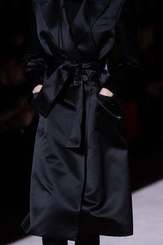 Tom Ford Fall 2019 Ready-to-Wear Fashion Show - Vogue Black Women Fashion, White Fashion, Curvy Fashion, Women's Runway Fashion, New York Fashion, Fashion Show, Women's Fashion, Black Suit Red Tie, Black Suit Combinations
