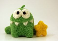 Green Needle Felted Monster Inspired by the Cut the Rope App Wool Needle Felting, Needle Felting Tutorials, Needle Felted Animals, Wet Felting, Felt Animals, Monster Wreath, Cut The Ropes, Cute Monsters, Felt Toys
