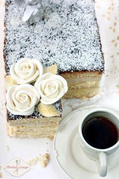 Ciasto anielskie, czyli klasyczny jasny biszkopt przełożony dwoma rodzajami kremów – kokosowym i orzechowym. Krem orzechowy to puszysty krem budyniowo-maślany, krem kokosowy z kolei jest nieco cięższy, ale równie smaczny – przygotowywany na bazie masła i jajek ubijanych w wysokiej temperaturze, wzbogacony o wiórki kokosowe. Easy Blueberry Muffins, Blue Berry Muffins, Polish Recipes, Polish Food, Dream Cake, Cookie Desserts, Cake Cookies, Vanilla Cake, Sweet Recipes