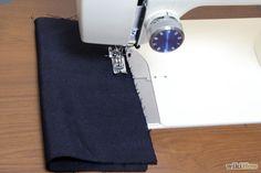 """Step 29-Esercitati sulle cuciture a 1,3 - 1,5 cm dal bordo. È possibile cucire un singolo strato di tessuto (per non sfilacciare), oppure cucire con un paio di strati.La parte """"giusta"""" è il lato del tessuto che desideri rimanga all'esterno a fine lavoro.È possibile cucire direttamente sugli spilli, per poi rimuoverli successivamente, ma è meglio toglierli prima di arrivarci sopra con l'ago.Le cuciture principali sono parallele alle linee della trama."""