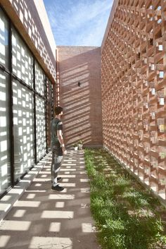 Brick Architecture, Sustainable Architecture, Architecture Details, Brick Masonry, Brick Facade, Brick House Designs, Tyni House, Brick Projects, Backyard Studio