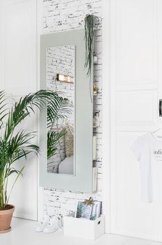 Een passpiegel saai? Wat dacht je van een zelfgemaakte spiegel met opbergruimte? In deze DIY laat blogger Tanja van Hoogdalem zien hoe je een spiegel en opbergruimte in één maakt.