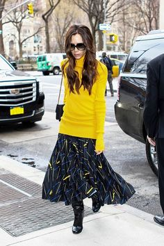 We love how Victoria Beckham made her printed skirt pop even more by incorporating a yellow turtleneck, which brings out the yellow in her skirt.
