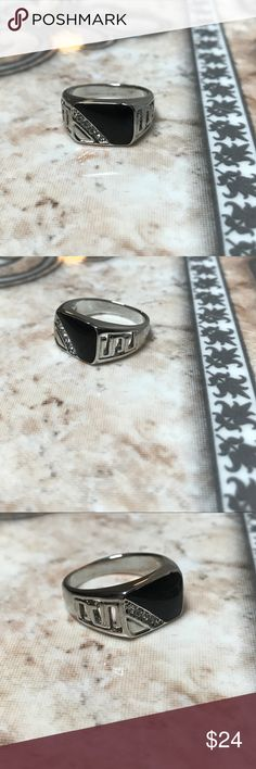 Mens Sterling silver ring w/ black onyx Mens size 7. sterling silver &a black onyx ring in 10/10 condition. Accessories Jewelry