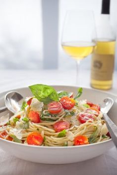 Prepare 1 pound pasta according to package directions. While pasta is cooking, core and coarsely chop 2 pounds of tomatoes. Easy Summer Dinners, Easy Meals, Dinner Ideas, Dinner Recipes, Dinner Dishes, Main Dishes, Cooking Recipes, Healthy Recipes, Cooking Tips