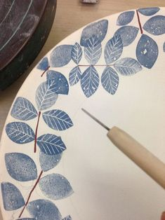 Watching process videos might be our favorite way to meditate. Here's a hand-painted ceramic plate in the works from Etsy seller… Painted Ceramic Plates, Hand Painted Ceramics, Ceramic Painting, Ceramic Art, Painted Porcelain, Ceramic Decor, Fine Porcelain, Sgraffito, Pottery Painting Designs