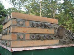 Использование бруса придаёт надёжности зданию из дров, но заставляет тратить деньги или время на изготовление этого самого бруса.