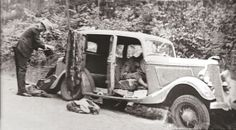 28 maggio 1934: l'auto crivellata di colpi con i corpi ancora dentro. Si vede bene quello di Bonnie accasciato su quello di Clyde