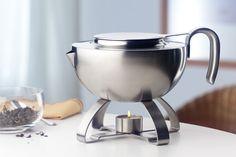 Elegancki i praktyczny podgrzewacz do herbaty marki Auerhahn wykonany jest z najwyższej jakości stali chromowo niklowej 18/10. W zestawie znajduje się również podgrzewacz, dzięki czemu herbata może pozostawać na stole przez długi czas, a znajdująca się w podgrzewaczu świeczka nada odpowiedni klimat.