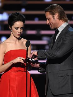 Abigail Spencer Photos - Actors Abigail Spencer (L) and Josh Holloway speak onstage during the People's Choice Awards 2016 at Microsoft Theater on January 6, 2016 in Los Angeles, California. - People's Choice Awards 2016 - Show