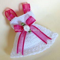 Handmade mpomponiera for christening. Μπομπονιέρα βάπτισης χειροποίητο πλεκτό φορεματάκι, με σατέν λουλουδάκι.  Με Μεράκι Μπομπονιέρες www.me-meraki.gr Me Meraki Mpomponieres