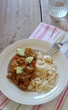 Rijst met gemarineerde kip || rijst, kipfilet, ketjap, suiker, komkommer, wortel, pindakaas, water