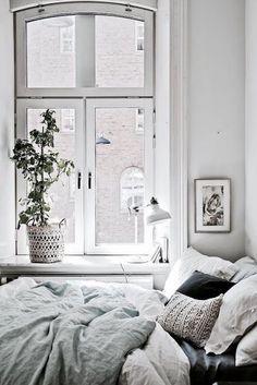 Amazing 39 Inspiring Scandinavian Bedroom Interior Design Ideas https://homiku.com/index.php/2018/03/09/39-inspiring-scandinavian-bedroom-interior-design-ideas/