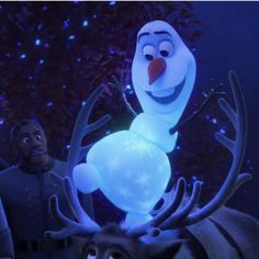 Olaf << A lot of people were thinking that Olaf was gonna die at the end of this movie, I wonder if Elsa puts this over him to make it so he can't melt? Disney Olaf, Disney Art, Disney Princess Pictures, Disney Princess Frozen, Disney Princess Drawings, Frozen Wallpaper, Cute Disney Wallpaper, Cartoon Wallpaper Iphone, Cute Cartoon Wallpapers