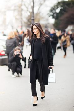 Loving the different styles of these four looks in black … and thinking, of course, that all-black is a style in itself. Photographed by Caroline's Mode – (barbara martelo, emmanuelle alt, molly myrsten & capucine safyurtlu) 4 by Collage Vintage. Looks Street Style, Looks Style, Style Me, Black Style, Black Work, Classy Style, Classy Chic, Style Blog, Fashion Mode