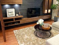 リビングルーム – ソファ後ろもおしゃれに活用コーディネート|ソファの高さにあわせて作りつけた棚。 本の収納として、小物をディスプレイスペースとして、また高さが低いのでちょっとしたテーブルとしても使えて便利です。 Tv Cabinet Design, Tv Cabinets, Contemporary, Rugs, Bedroom, Home Decor, Japanese Furniture, Farmhouse Rugs, Decoration Home