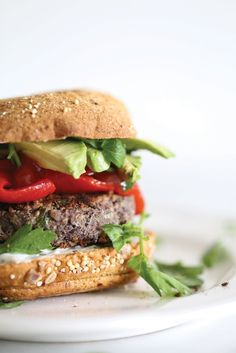 Healthy gluten free vegan Black Bean Burgers that are easy and done in 10 minutes and are simply amazing! Burger Recipes, Vegetarian Recipes, Healthy Recipes, Free Recipes, Plant Based Burgers, Black Bean Burgers, Vegan Dinners, Black Beans, Korn