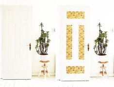 door makeover with design film, doors, wall decor Decor Crafts, Diy Home Decor, White Wash Brick, Tape Art, Make Beauty, Door Makeover, Diy Blog, Stencil Painting, Textured Wallpaper