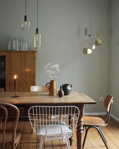 Esszimmer: Lampe und Vasen