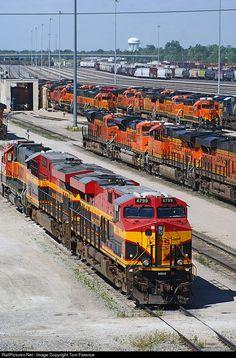Net Photo: KCS 4799 Kansas City Southern Railway GE at Galesburg, Illinois by Tom Farence Bnsf Railway, Railroad Pictures, Bonde, Southern Railways, Railroad Photography, Old Trains, Train Pictures, Train Engines, Train Journey