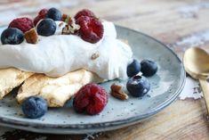 meglerfru1 – Pavlova lavkarbo Low Carb, Pudding, Breakfast, Desserts, Food, Morning Coffee, Deserts, Custard Pudding, Puddings
