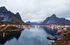 A la découverte des aurores boréales en Norvège : un voyage magique qui marque à jamais Tromso, Lofoten, Travel Goals, Us Travel, Europe Bucket List, Voyage Europe, Travel Abroad, World Traveler, Natural Wonders