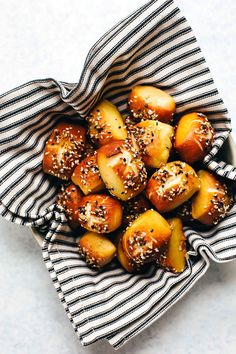 Everything Bagel Soft Pretzel Bites - Blissful Basil Lunch Snacks, Snacks Für Party, Vegan Snacks, Vegan Recipes Easy, Cooking Recipes, Lentil Recipes, Rib Recipes, Roast Recipes, Bean Recipes