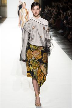 The complete Dries Van Noten Spring 2018 Ready-to-Wear fashion show now on Vogue Runway. Fashion 2018, Fashion Week, Fashion Brand, Runway Fashion, Spring Fashion, High Fashion, Womens Fashion, Fashion Design, Fashion Styles