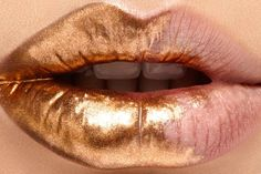 Metallic-gold ombre dip makeup. So rich. Dipped lip