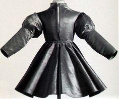 Jacket - civilní oděv Karla Tlustého. Vyroben z červeného saténu v roce 1477. Uložen v Bernu v Muzeu historie.