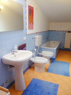 Il #bagno del nostro appartamento in vendita a #Selvazzano. Per richiederci ulteriori informazioni, scrivete a info@pianetacasapadova.it, o chiamate lo 049/8766222. Saremo lieti di soddisfare le vostre richieste!