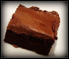 Pretty and Polished: Slimming World Brownies. Works out as syns in total for the whole tin (including the icing). So you would just need to cut them into however many squares you like and work out the individual portion's syn value. Slimming World Brownies, Slimming World Deserts, Slimming World Puddings, Slimming World Syns, Slimming Eats, Slimming World Recipes, Healthy Treats, Yummy Treats, Sweet Treats