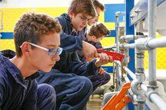 I ragazzi di Scaligera Formazione lavorano in gruppo durante  le ore di laboratorio