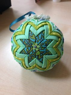 Quilted ball Quilted Christmas Ornaments, Christmas Balls, Christmas Crafts, Folded Fabric Ornaments, Ball Ornaments, Fabric Crafts, Diy Projects, Quilts, Holiday Decorations