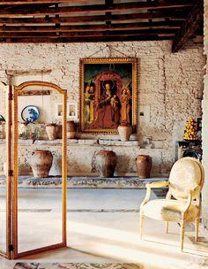 Композиция у стены: алтарный образ Мадонны, XVIII век, терракотовые горшки, фарфоровые кашпо и стиральная машина 1950-х годов. Квартира Давида Льядро