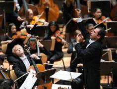 Deutsches Symphonie-Orchester Berlin (DSO) mit Dirigenten Tugan Sokhiev/ Kai Bienert, 2014 Orchester werden aufgelöst, Konzertsäle gestalten ihr Programm mit Pop- und Weltmusik, Klassiksender gibt es bald nur noch im Internet und viele junge Leute lernen kein Instrument mehr. Kurz: Die klassische Musik steckt in einer existenziellen Krise. Was tun?