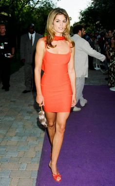 Itty Mini from Cindy Crawford's Best Looks In a red bandage dress at the 1995 MTV Movie Awards. Red Bandage Dress, Bodycon Dress, 90s Fashion, Fashion Models, School Dance Dresses, 90s Models, Vintage Couture, Stunning Women, Cindy Crawford