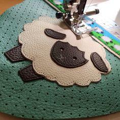 ❤️❤️ määäääääh! #sheep #schaf #lochleder #joeanna #leder #krabbelpuschen #lederpuschen #nähen #nähenisttoll #nähenistliebe #nähenfürkinder #sewing #sew #sewingforkids #sewing4kids #handmade #brother #nähmaschine