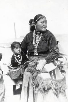 Navajo women and child Native American Beauty, Native American Photos, American Indian Art, Native American History, Native American Indians, Navajo Women, Clemente Orozco, Navajo People, Navajo Nation