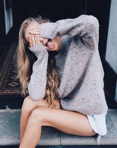Discovered by Find images and videos about girl, fashion and style on We Heart It - the app to get lost in what you love. Pull Mohair, Style Feminin, Foto Casual, Barefoot Blonde, Selfie Poses, Crazy Girls, Jolie Photo, Tumblr Girls, Insta Photo