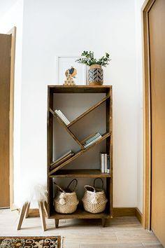 Modern Bookshelf, Wood Bookshelves, Bookcase Shelves, Bookshelf Diy, Diy Bookcases, Diy Shelving, Creative Wall Decor, Wall Decor Design, Nursery Bookshelf