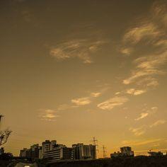 Cuando salía a hacer cosas cheveres... #sunset #atardecer #amarillo #yellow #orange #naranja #photography #fotografía #cityscape #PaisajeUrbano #sky #clouds #bulidings #edificios #nubes