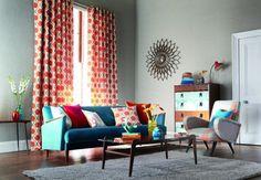 O ambiente criado pela Orlean (www.orlean.com.br) tem cortina com tecido floral Sira, nas cores vermelho e azul, fabricado em algodão e raiom. O sofá foi revestido de Velvet, um tecido de algodão, poliéster e modal e as almofadas nas tonalidades laranja e vermelha são de veludo.