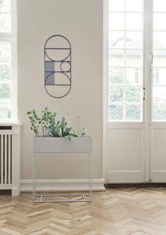 Elegant og tidløs boks fra Ferm Living. Boksen er flott å bruke til dine grønnplanter, men du kan også bruke den til bøker o.l.  Materiale: Pulverlakkert metall Farge: Svart Mål: W : 60 x H : 65 x D: 25 cm Vekt9,3 kg.