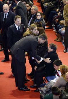 Felipe y Letizia, a su llegada al funeral, donde dieron sus condolencias a los familiares de los