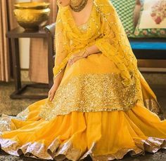 I just looove yellow outfits😍😍😍 Bridal Mehndi Dresses, Pakistani Wedding Dresses, Pakistani Outfits, Bridal Outfits, Indian Dresses, Indian Outfits, Bridal Lehenga, Indian Clothes, Mehndi Outfit