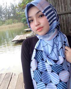Image may contain: 1 person, closeup and outdoor Muslim Girls, Muslim Women, Beautiful Hijab Girl, Beautiful Women, Hijab Collection, Thing 1, Girl Hijab, Hijab Chic, These Girls