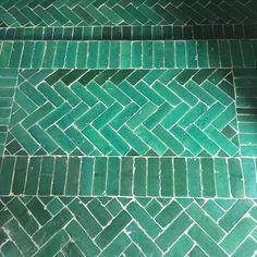 Diese glasierten Bodenfliesen aus Marokko lassen sich auf viele verschiedene Arten zu Mustern verlegen. Typisch für Marokko die Fischgrät-Verlegung. Blue Bathroom Interior, Bathroom Colors, Moroccon Tiles, Entryway Flooring, Moroccan Furniture, Traditional Tile, Herringbone Tile, Room Tiles, Wall And Floor Tiles